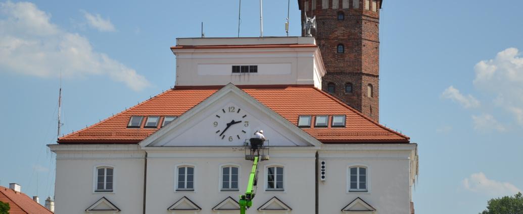 zegar na ratuszu podczas naprawy