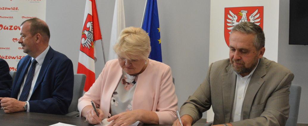 podpisanie umów na dofinansowanie ze środków budżetu Województwa Mazowieckiego - burmistrz Wojciech Gregorczyk, skarbnik Teresa Turek i wicemarszałek Wiesław Raboszuk