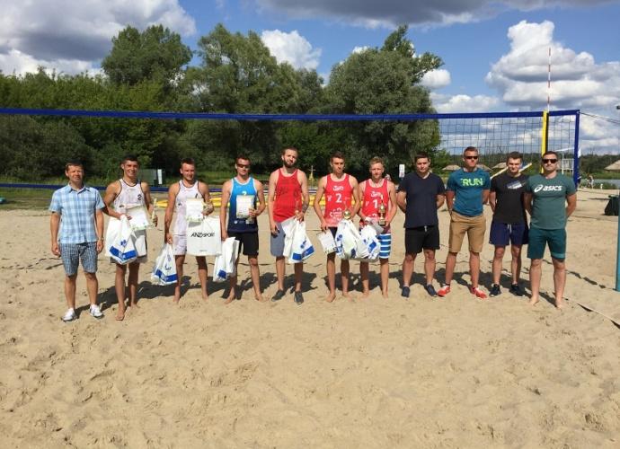 uczestnicy turnieju siatkówki plażowej