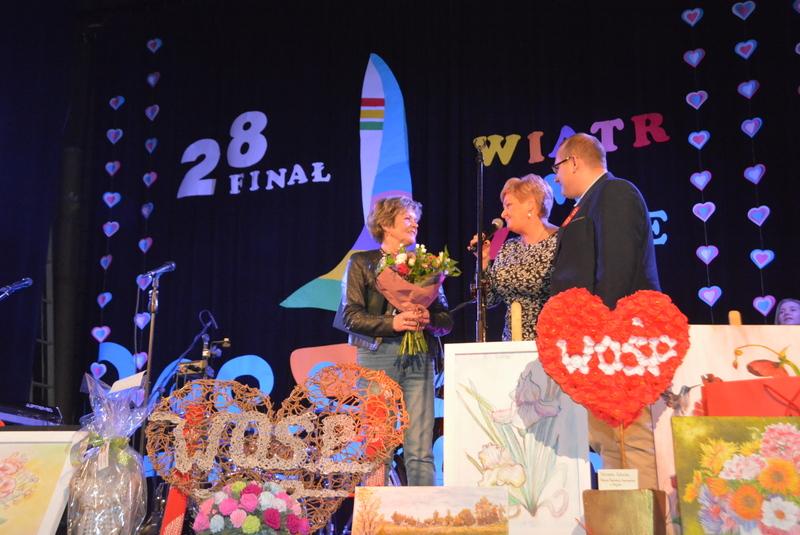 Szefowa Sztabu WOŚP, Wicestarosta i Zastępca Burmistrza na scenie - wręczenie kwiatów