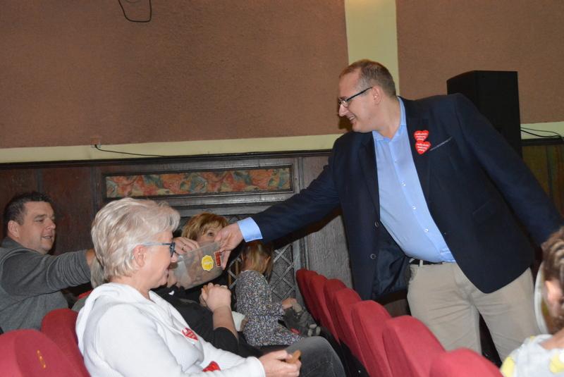 Zastępca Burmistrza częstujący gości pierniczkami