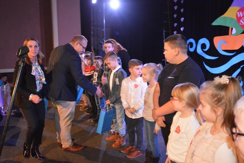 Zastępca Burmistrza wręczający nagrody dzieciom za udział w konkursie