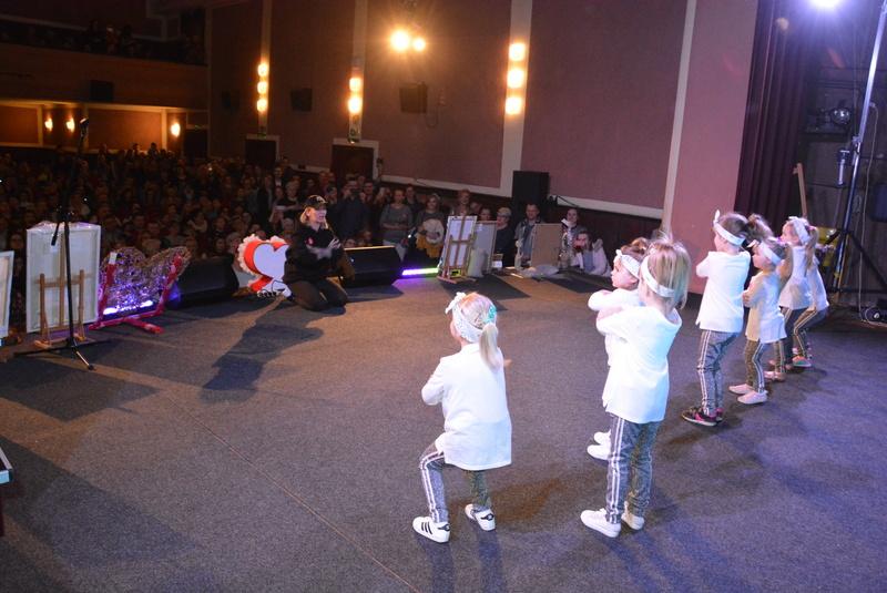 Występy artystyczne w wykonaniu dzieci z studia tańca SWAG