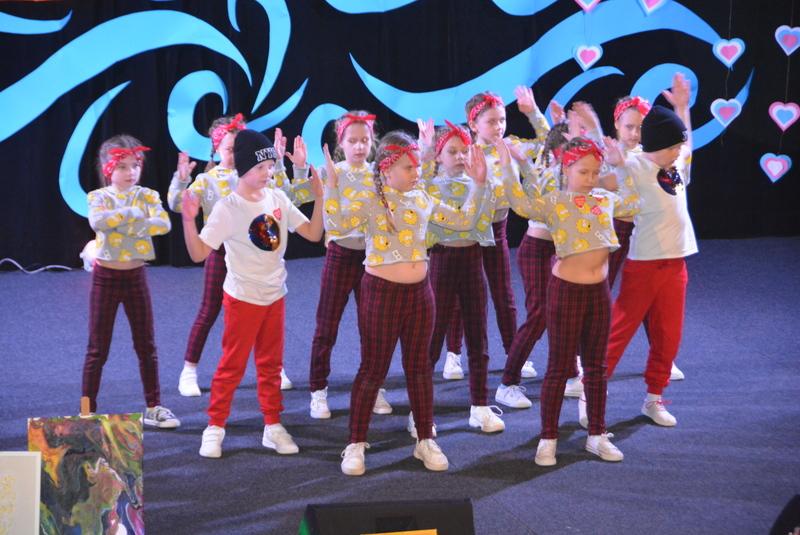 Dzieci ze studia tańca SWAG na scenie