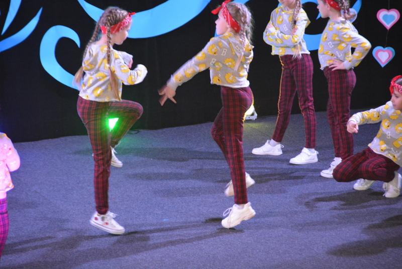 Pokaz tańca w wykonaiu dzieci ze studia tańca SWAG