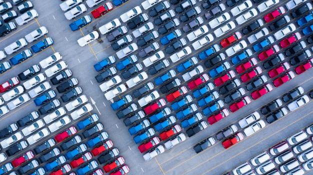 widok z lotu ptaka na prakig pełen samochodów