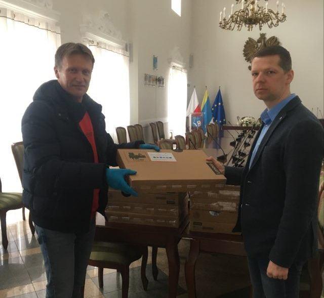 zastępca burmistrza przekazał laptopy do nauki zdalnej