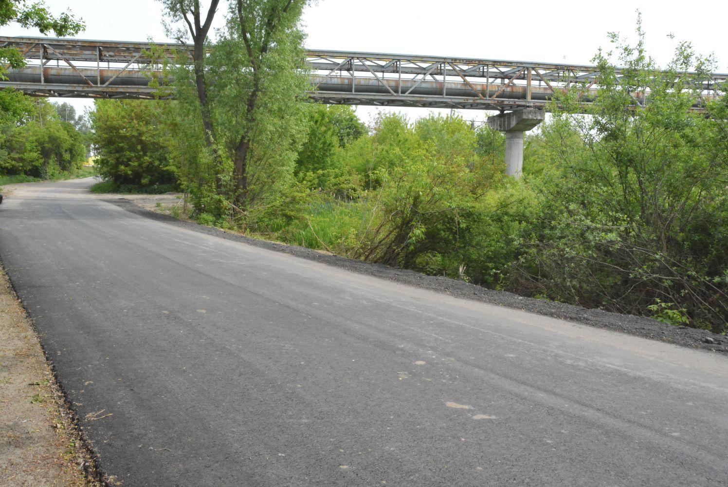 Prace porządkowe oraz nowe dywaniki asfaltowe na ulicach, wzdłuż których zainstalowano kanalizację wodno-ściekową