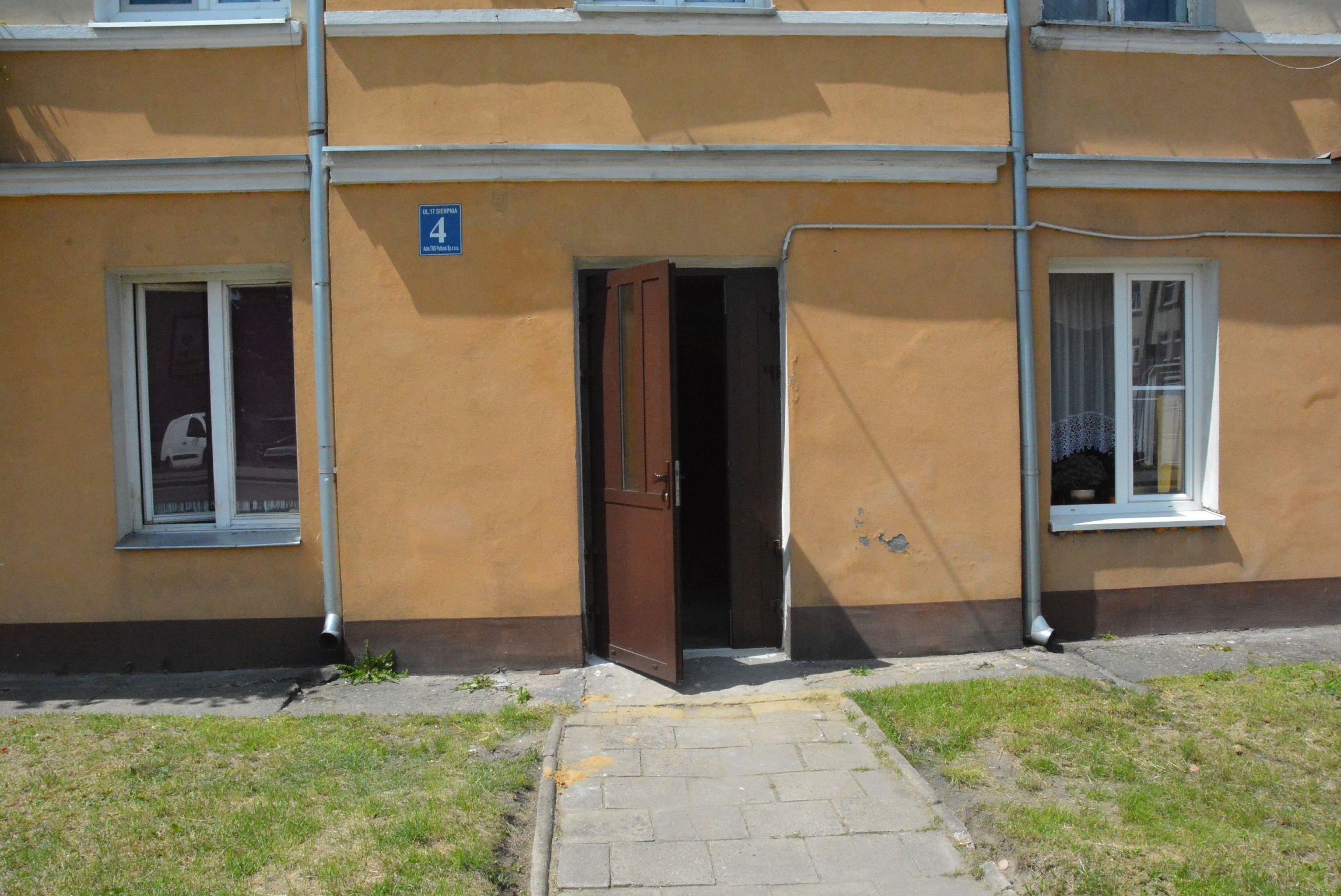 Kamienica przy ul. 17 Sierpnia 4 - drzwi do kamienicy