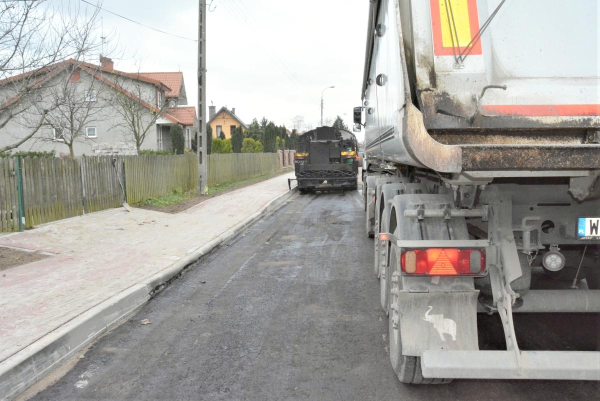 Pierwsza warstwa asfaltu na ulicy Bartodziejskiej