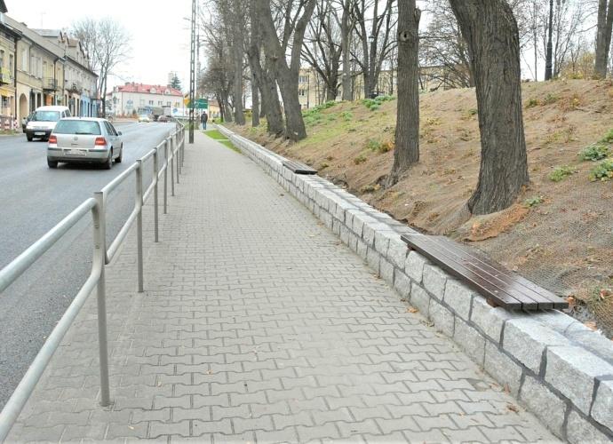 Murek wzdłuż parku Narutowicza wraz z zamontowanymi ławkami