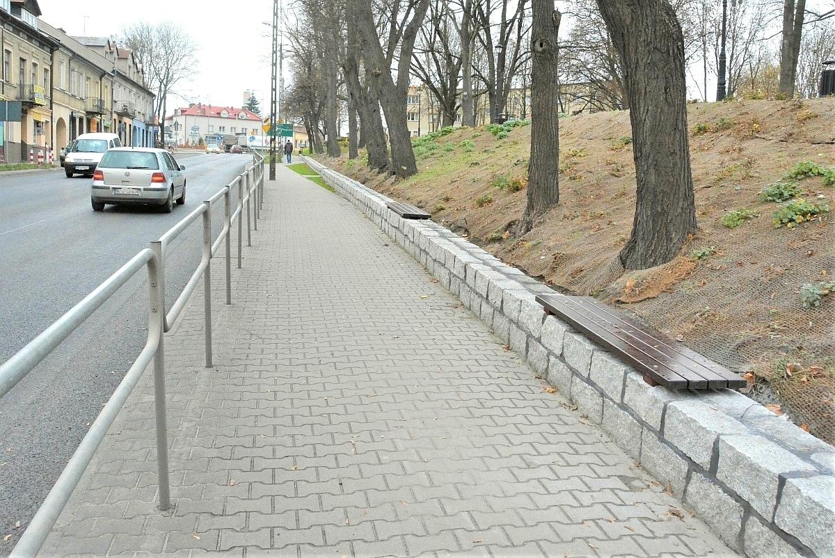 Na murku oporowym przy parku Narutowicza zamontowano cztery bardzo praktyczne ławki