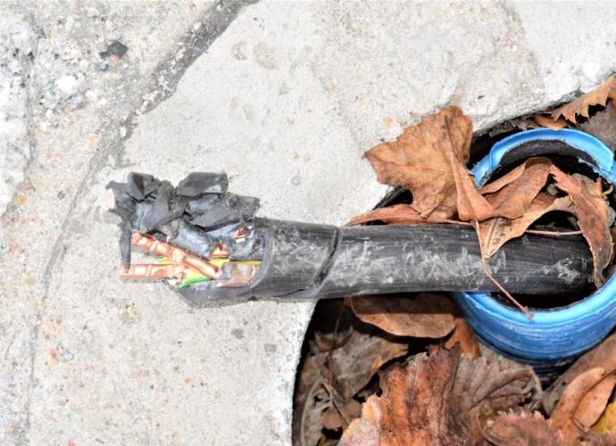 Zniszczone stanowisko montazowe latarni ul. Konserwatorska 5