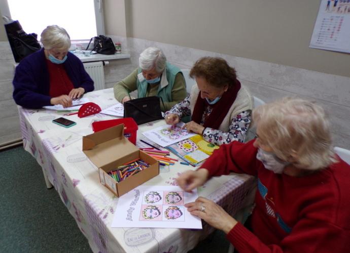 podczas warsztatów cztery kobiety malują obrazki inspirowane słowacka sztuką