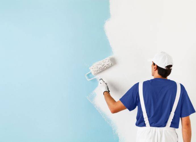 remont mieszkania, mężczyzna maluje ścianę