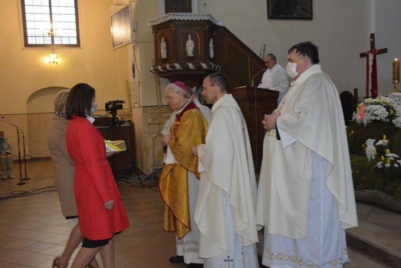 procesja z darami podczas mszy z okazji 10-lecia parafii
