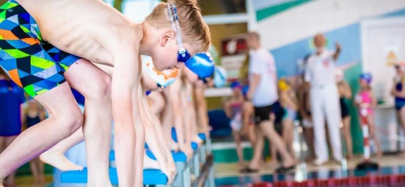 Plakat Zawody pływackie z okazji Dnia Dziecka