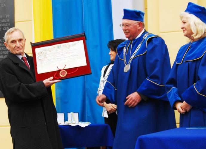 Profesor Hensyk Samsonowicz odbiera akt nadania tytułu Honorowego Obywatela Pułtuska