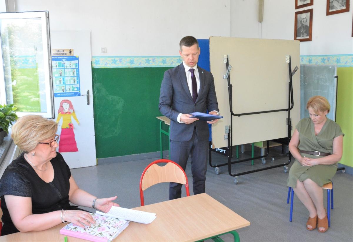 Posiedzenie Rady Pedagogicznej PSP im. bł. Jana Pawła II w Płocochowie z powołaniem na stanowisko nowego dyrektora i podziękowaniem dotychczasowemu dyrektorowi